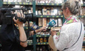 Una turista inglesa atiende a la periodista María González de TV La Ocho Mediterráneo mientras elige su turrón Jijona y Alicante./FOTO MADE IN JIJONA