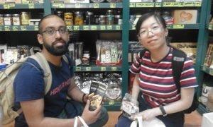 Una pareja de turistas extranjeros pide información sobre la DO Jijona para comprar turrón en Carbonell./FOTO MADE IN JIJONA