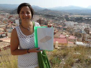 La diseñadora de Jijona Sara Verdú muestra un boceto del emoji del turrón desde la zona del castillo de Jijona./FOTO MADE IN JIJONA