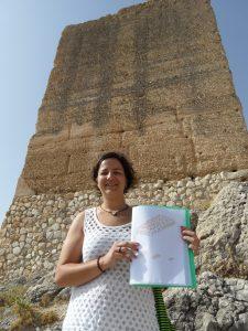 Sara Verdú muestra sus bocetos ante la imponente torre grossa del castillo árabe de Jijona./FOTO MADE IN JIJONA