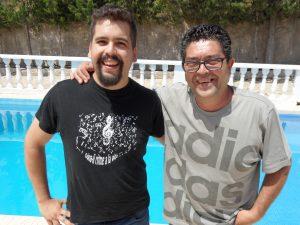 El trompetista jijonenco Edgar Zaragoza, junto a su padre Alfonso, junto a la piscina de su chalet, ayer./FOTO MADE IN JIJONA