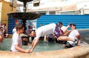 Bernardo Garrigós tirándose de cabeza a la fuente./FOTO FEDERACIÓ