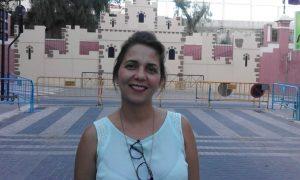 Begonya Mira, nova ambaixadora de Xixona, esta vesprada, davant el castell de festes de Xixona./FOTO MADE IN JIJONA