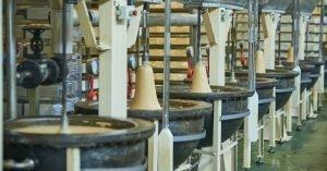 Hilera de boixets o morteros en la sección de Jijona o turrón de textura blanda en una fábrica de Jijona./FOTO MADE IN JIJONA