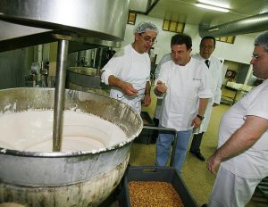 El chef Martín Berasategui cociendo mieles en la fábrica Enrique Garrigós Monerris con su director, José Enrique Garrigós, detrás, hace justo una década./FOTO ANTONIO AMORÓS (DIARIO INFORMACIÓN)