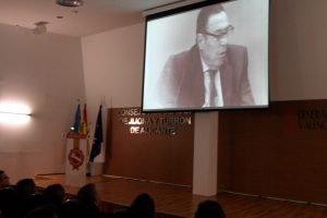 Imagen sobreimpresionada de José Enrique Garrigós en una pantalla gigante en la sede del Consejo Regulador de la IGP en el homenaje póstumo que se le dedicó el pasado 28 de noviembre en Jijona./FOTO MADE IN JIJONA