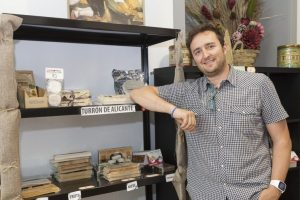 Fabián López Coloma en su tienda física u off line en Calle El Vall, 26, bajos, de Xixona./FOTO MADE IN JIJONA