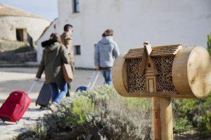 Hotel para abejas instalado en el jardín del hotel rural Pou de la Neu de Xixona por Turrones Picó./FOTO TURRONES PICÓ