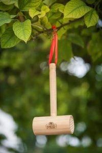 Popular y típica maza para 'picar' almendras de Turrones Picó reconvertida en alojamiento para abejas./FOTO TURRONES PICÓ
