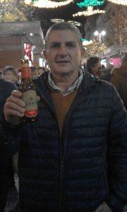 Bernat Sirvent, autor, editor y propietario del blog Made in Jijona, con una botella de Amstel Turron en la Fira de Nadal de Jijona.