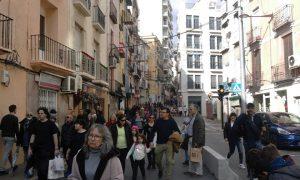 Entrada a la Fira de Nadal i Torró de Xixona por la parte sur, el viernes al mediodía con gente entrando y saliendo a pie./FOTO MADE IN JIJONA