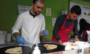 Los hermanos David y Alfonso Coloma preparando creps de turrón Jijona y a la piedra en el stand de turronesydulces.com./FOTO MADE IN JIJONA