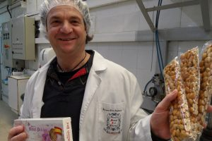 Manuel López Espí, gerente de Hijos de Manuel Picó, muestra hoy barras del turrón cristal con azafrán de la Mancha en su fábrica de Jijona./FOTO MADE IN JIJONA