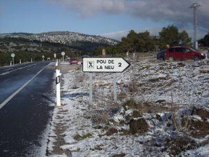 Indicador de acceso al Pou de la Neu y al hotel del mismo nombre, que permanece cerrado.