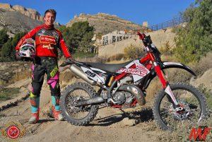 César Mira con una moto de cros con el castillo de Jijona al fondo./FOTO MEZZOSPORT