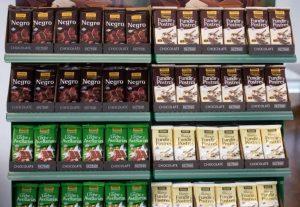 Estantería de chocolates de diversas gamas de Hacendado, elaboradas por Antiu Xixona, en una tienda de Mercadona./FOTO MADE IN JIJONA