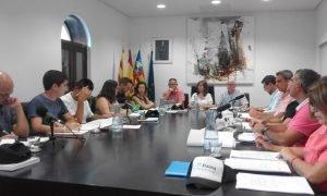 Detalle de un Pleno municipal del Ayuntamiento de Xixona, presidido por la alcaldesa Isabel López, con la Corporación al completo./FOTO MADE IN JIJONA