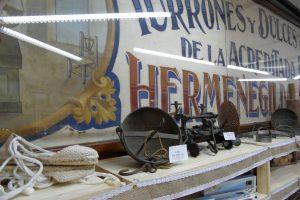 Detalle de la tienda situada junto a la fábrica de Hijos de Manuel Picó en Jijona, con un cartel y herramientas de sus antepasados./FOTO MADE IN JIJONA