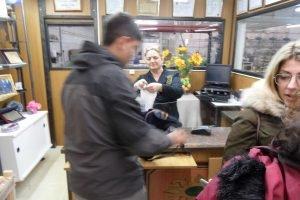 Ana Riera, responsable comercial de Hijos de Manuel Picó, atendiendo a clientes en la tienda de su fábrica de Jijona./FOTO MADE IN JIJONA