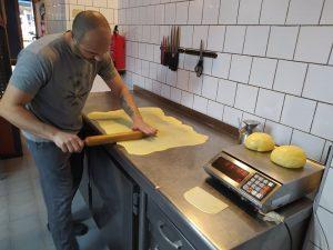 El panadero Javier trabajando la masa en su obrador de Alicante./FOTO MADE IN JIJONA