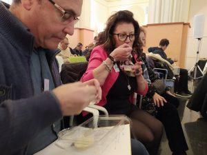 El catedrático Angel Carbonell de Tecnología Agroalimentaria propuso una cata de diversas variedades de almendras./FOTO MADE IN JIJONA