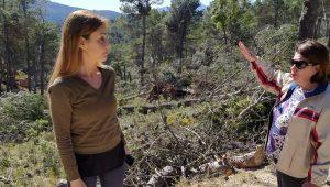 La diputada Elisa Díaz y la concejal Fuensanta Galiana, ayer lunes en los montes públicos de Vivens (Carrasqueta)./FOTO MADE IN JIJONA