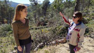 La diputada del PP Elisa Díaz y la concejal del PP de Xixona Fuensanta Galiana, este mediodía, recorriendo a pie los montes de Vivens (Carrasqueta)./FOTO MADE IN JIJONA