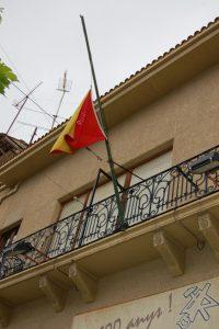 Bandera ondeando a media asta en honor de un socio fallecido