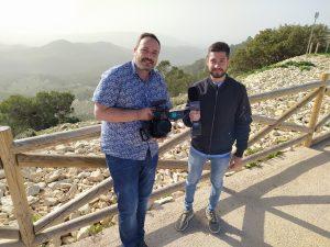 L'equip del programa 'Terra Viva' d' À Punt, Óscar i Albert, el passat divendres en el mirador de la Carrasqueta, abans d'emetre en directe sobre la devastació forestal a la serra./FOTO MADE IN JIJONA