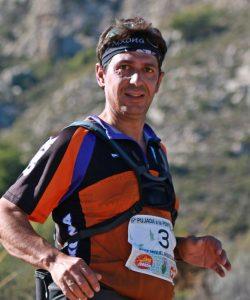 Josep Miquel Arques Galiana, l'autor del llibre 'Les Muntanyes de Xixona', en una carrera de muntanya en Xixona.