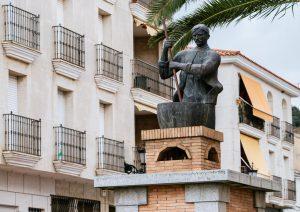 Monumento homenaje al turronero en el centro de Castuera./FOTO GUIA REPSOL