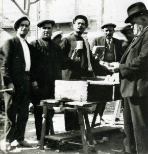 Fira de Catral. Circa 1920. De izquierda a derecha, Jose Gisbert Sanz,l'espos d'Isabel la de les covetes,Santiago Picó Llorens, a la dreta Manolo Iborra García