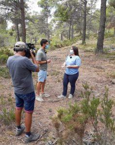 Ainhoa López Narbón, concejal de Medio Ambiente de Xixona, atendiendo a Claver, periodista del programa Terra Viva de Àpunt en Vivens.