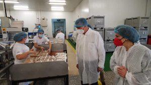 El conseller Rafa Climent, el passat novembre a la fàbrica xixonenca de torrons Picó.